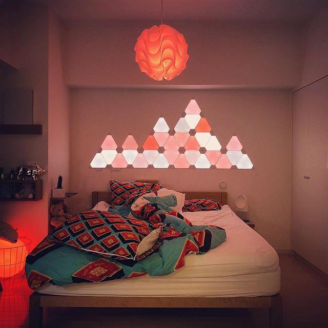 troquez votre lampe de chevet contre une t te de lit lumineuse pour une d co ensoleill e. Black Bedroom Furniture Sets. Home Design Ideas